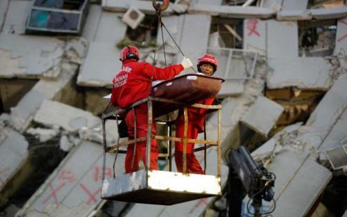 Δύο άνθρωποι ανασύρθηκαν ζωντανοί 48 ώρες μετά τον σεισμό